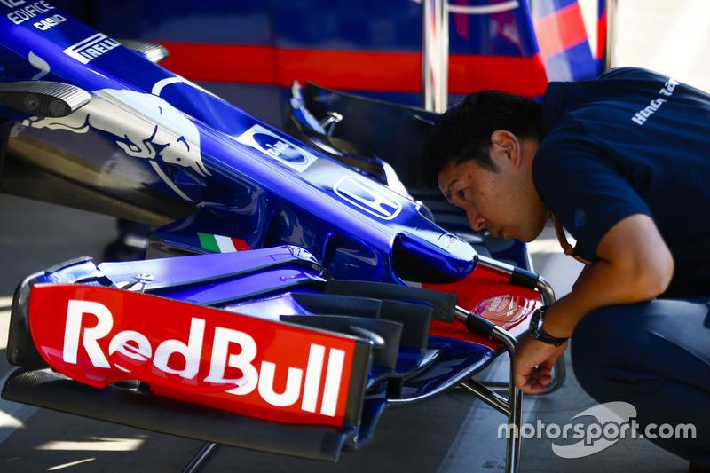 Un membro del team Toro Rosso Honda ispeziona un'ala anteriore