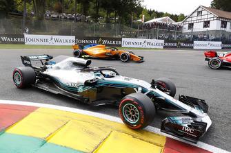 Valtteri Bottas, Mercedes AMG F1 W09, por delante de Stoffel Vandoorne, McLaren MCL33