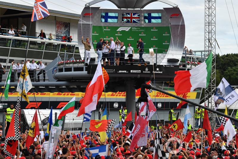 Simon Lazenby, Sky TV, Damon Hill, Sky TV and Nico Rosberg, Mercedes-Benz Ambassador on the podium