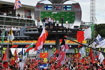 Simon Lazenby, Sky TV, Damon Hill, Sky TV et Nico Rosberg, sur le podium