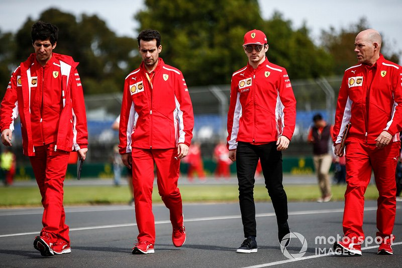 Charles Leclerc, Ferrari, con Jock Clear, su ingeniero de carrera