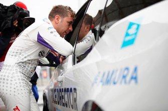 Robin Frijns, Envision Virgin Racing, Audi e-tron FE05, talks to the race director