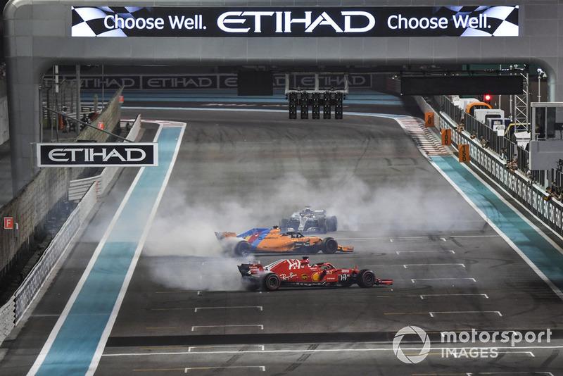 Lewis Hamilton, Mercedes-AMG F1 W09, Sebastian Vettel, Ferrari SF71H et Fernando Alonso, McLaren MCL33 font des donuts