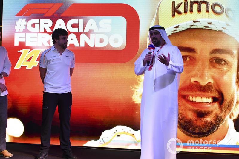 Al Tarek Al Ameri, CEO de Yas Marina en el escenario mientras Fernando Alonso, McLaren se despide de los fanáticos