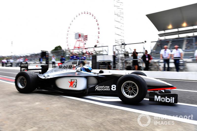 Мика Хаккинен и McLaren MP4-13, Legends F1 30th Anniversary Lap Demonstration
