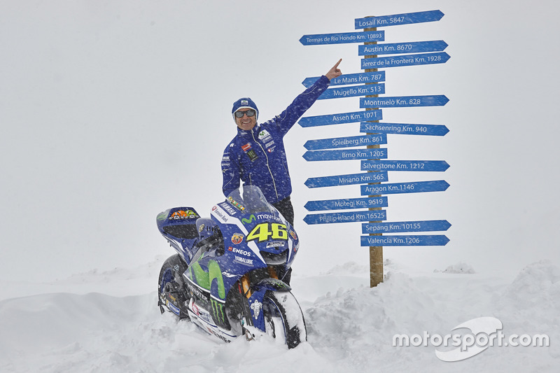 Movistar Yamaha MotoGP Teamdirektor Massimo Meregalli mit der 2016 Yamaha YZR-M1 Valentino Rossi, Yamaha Factory Racing