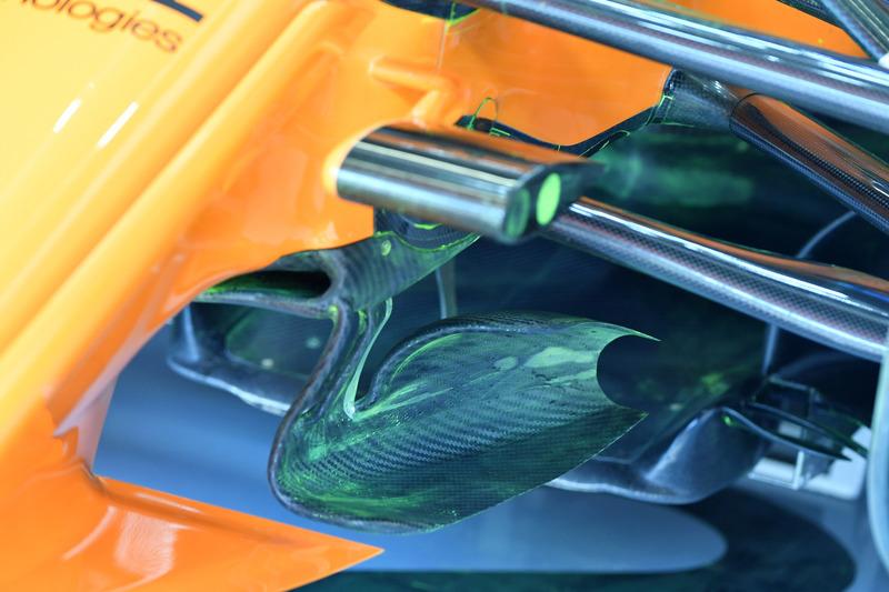 Parafina en la suspensión delantera del McLaren MCL33