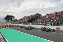 Start: Lewis Hamilton, Mercedes AMG F1 W09, voor Sebastian Vettel, Ferrari SF71H, Valtteri Bottas, Mercedes AMG F1 W09, Kimi Raikkonen, Ferrari SF71H, Max Verstappen, Red Bull Racing RB14 en de rest van het veld