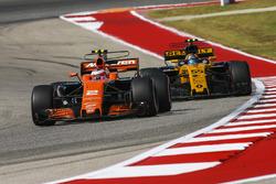 Stoffel Vandoorne, McLaren MCL32, Carlos Sainz Jr., Renault Sport F1 Team RS17