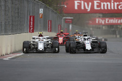 Charles Leclerc, Sauber C37 ve Lance Stroll, Williams FW41 battle