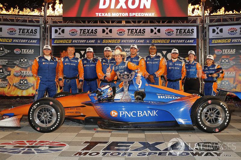 Scott Dixon, Chip Ganassi Racing Honda festeggia nella victory lane con il suo team