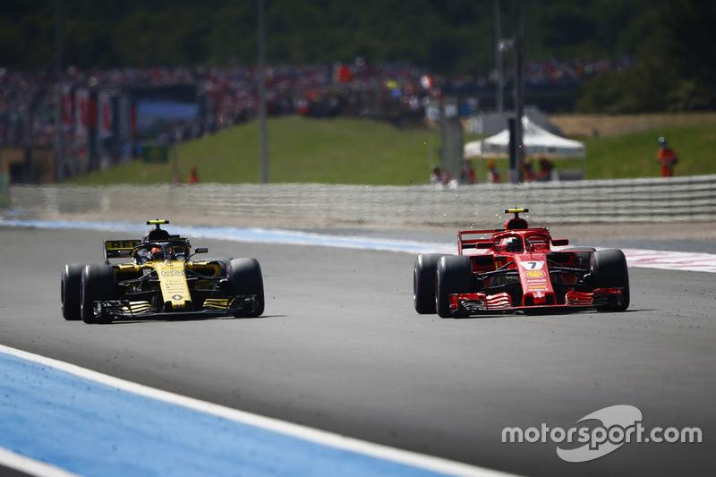 Kimi Raikkonen, Ferrari SF71H, supera a Carlos Sainz Jr., Renault Sport F1 Team R.S. 18