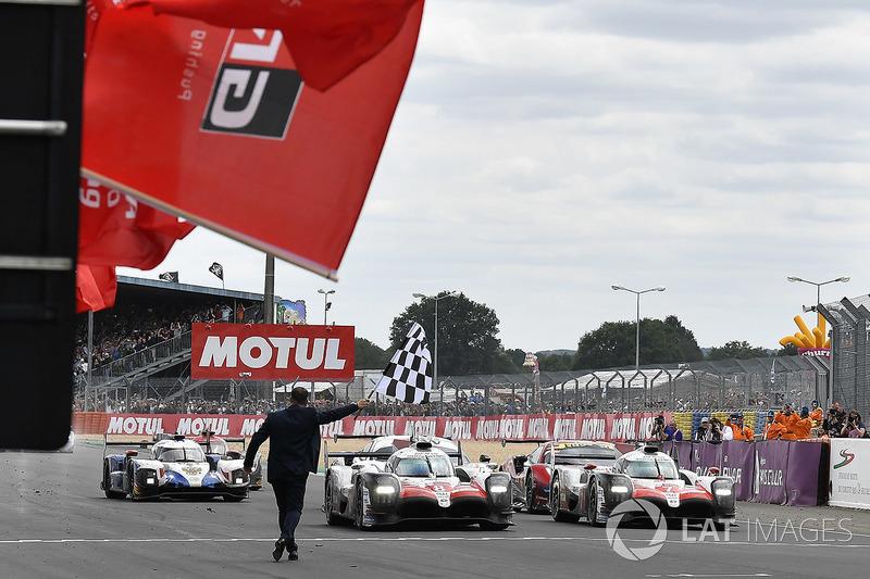 Повторения 2016-го не вышло: Toyota успешно добралась до финиша и завоевала победный «дубль». Экипаж №8 выиграл, а их коллеги на машине №7 стали вторыми