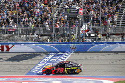 Martin Truex Jr., Furniture Row Racing, Toyota Camry Bass Pro Shops/5-hour ENERGY prende la bandiera a scacchi