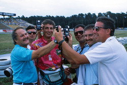 F1-fotografen Daniele Amaduzzi, Ercole Colombo, Jean-Francois Galeron, Pat Behar, Jad Sherif en Keith Sutton, vergelijken lichtmeters