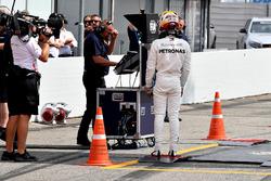 Lewis Hamilton, Mercedes-AMG F1 camina después de detenerse en la pista
