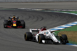 Marcus Ericsson, Sauber C37 en Daniel Ricciardo, Red Bull Racing RB14