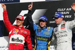 Podio: il secondo classificato Michael Schumacher, Ferrari, il vincitore della gara Fernando Alonso, RenaultF1 Team, il terzo classificato Kimi Raikkonen, McLaren