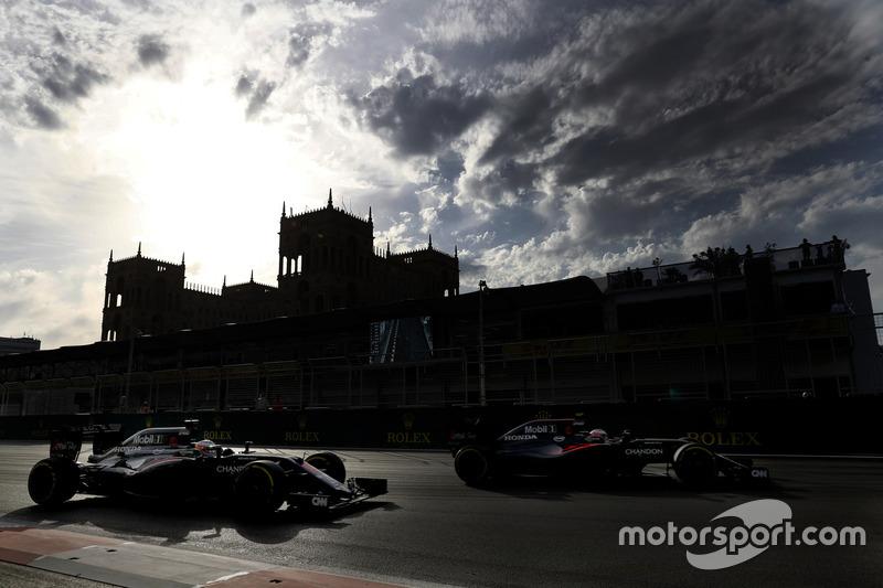 Fernando Alonso, McLaren MP4-31 y Jenson Button, McLaren MP4-31