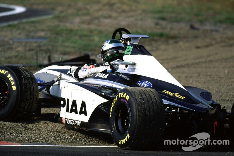 ... kollidiert Toranosuke Tagaki (Tyrrell) in Runde 29 mit Esteban Tuero (Minardi)