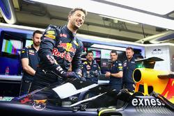 Даниэль Риккардо, Red Bull Racing RB12 садится в машину с установленным защитным экраном