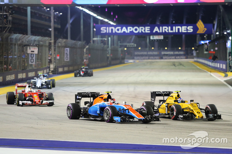 Esteban Ocon, Manor Racing MRT05 e Jolyon Palmer, Renault Sport F1 Team RS16 lottano per la posizione