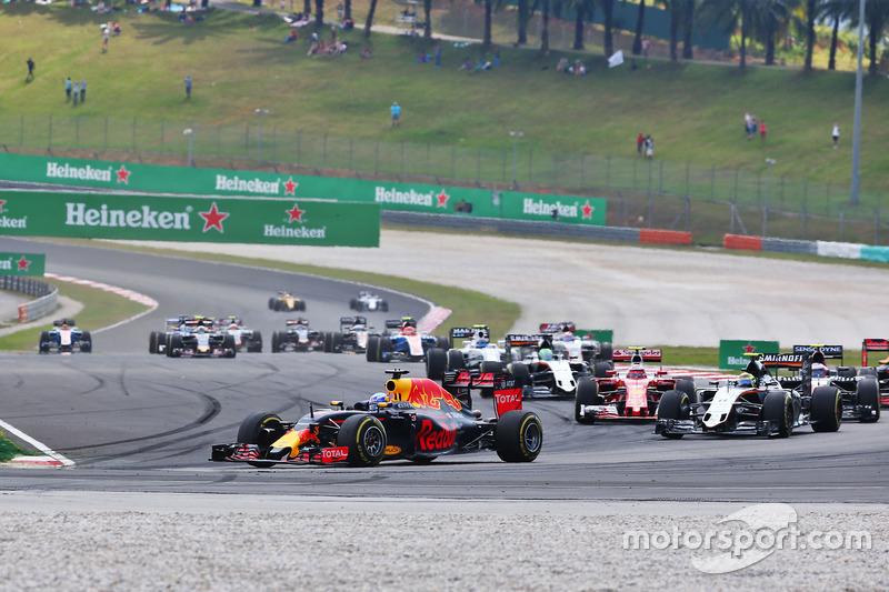 Daniel Ricciardo, Red Bull Racing RB12 at the start of the race