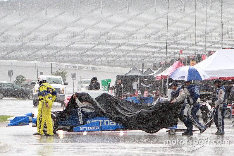 Член команди Chip Ganassi Racing під дощем