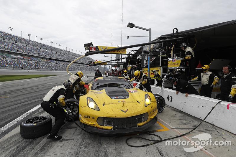 #4 Corvette Racing Chevrolet Corvette C7.R: Oliver Gavin, Tommy Milner, Marcel Fässler, pit action