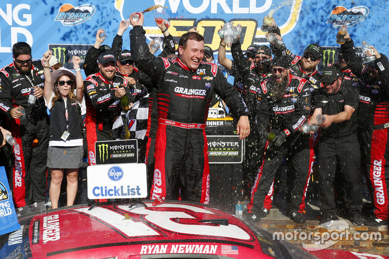Ganador, Ryan Newman, Richard Childress Racing Chevrolet, en el Victory lane