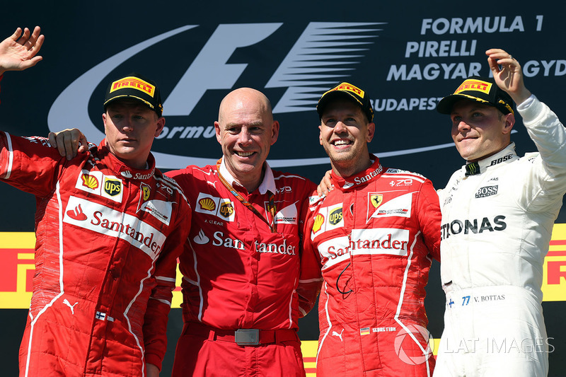 Podio: ganador de la carrera Sebastian Vettel, Ferrari, segundo lugar Kimi Raikkonen, Ferrari, y tercer lugar Valtteri Bottas, Mercedes AMG F1 con Jock Clear, Ferrari jefe de ingenieros