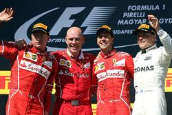 Il vincitore della gara Sebastian Vettel, Ferrari, il secondo classificato Kimi Raikkonen, Ferrari, il terzo classificato Valtteri Bottas, Mercedes AMG F1 con Jock Clear, Chief Engineer Ferrari
