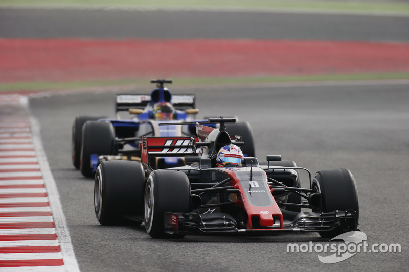 Ромен Грожан, Haas F1 Team VF-17, випереджає Паскаля Верляйна, Sauber C36