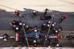 Romain Grosjean, Haas F1 Team VF-17, s'arrête aux stands