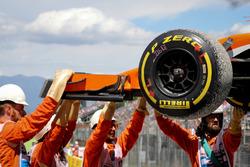 Les commissaires retirent la voiture accidentée de Stoffel Vandoorne, McLaren MCL32