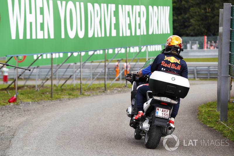 Max Verstappen, Red Bull Racing en una motocicleta después de retirarse