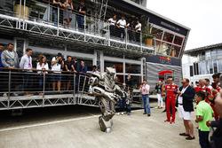 Un robot a fuera de la Red Bull Energy Station
