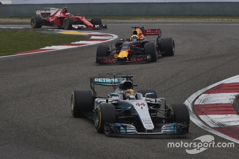 Lewis Hamilton, Mercedes AMG F1 W08, leads Daniel Ricciardo, Red Bull Racing RB13, and Kimi Raikkonen, Ferrari SF70H