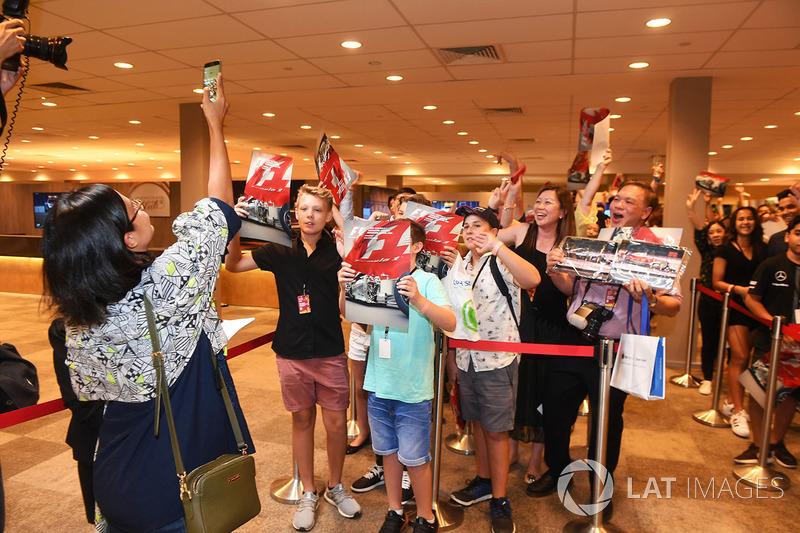 Fans bei der Autogrammstunde