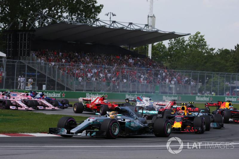 Старт гонки: Льюис Хэмилтон, Mercedes AMG F1 W08, Макс Ферстаппен, Red Bull Racing RB13, Валттери Боттас, Mercedes AMG F1 W08, Себастьян Феттель, Ferrari SF70H