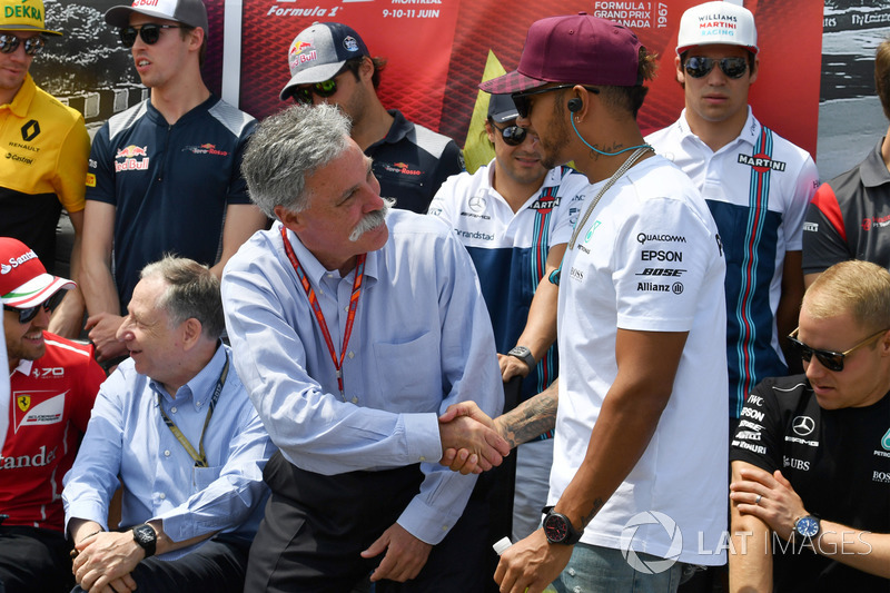 Председатель Formula One Group Чейз Кэри и гонщик Mercedes AMG F1 Льюис Хэмилтон