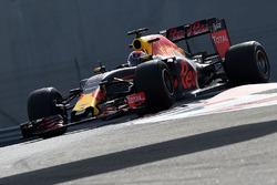 Max Verstappen, Red Bull Racing, probando los nuevos neumáticos Pirelli de 2017