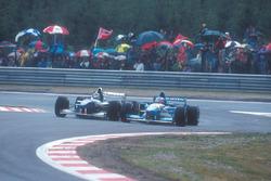 Damon Hill, Williams FW17-Renault, battles with Michael Schumacher, Benetton B195 Renault