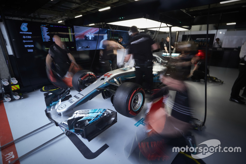 Mercedes-Ingenieure arbeiten am Auto von Lewis Hamilton, Mercedes AMG F1 W08