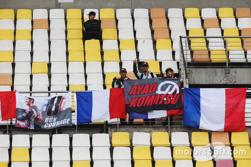 Des fans de Romain Grosjean, Haas F1 Team, et d'Ayao Komatsu, ingénieur de course en chef, Haas F1 Team, dans une tribune