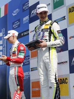 Podio de novato: Ganador de la carreraLando Norris, Carlin Dallara F317 - Volkswagen