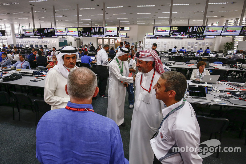 Des dignitaires bahreïnis visitent la salle de presse