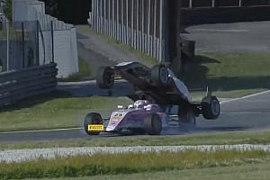 Fórmula 4 Últimas notícias VÍDEO: Piloto sobe em rival em acidente bizarro na Fórmula 4