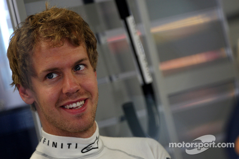 Vettel jokes amid Webber contract rumours