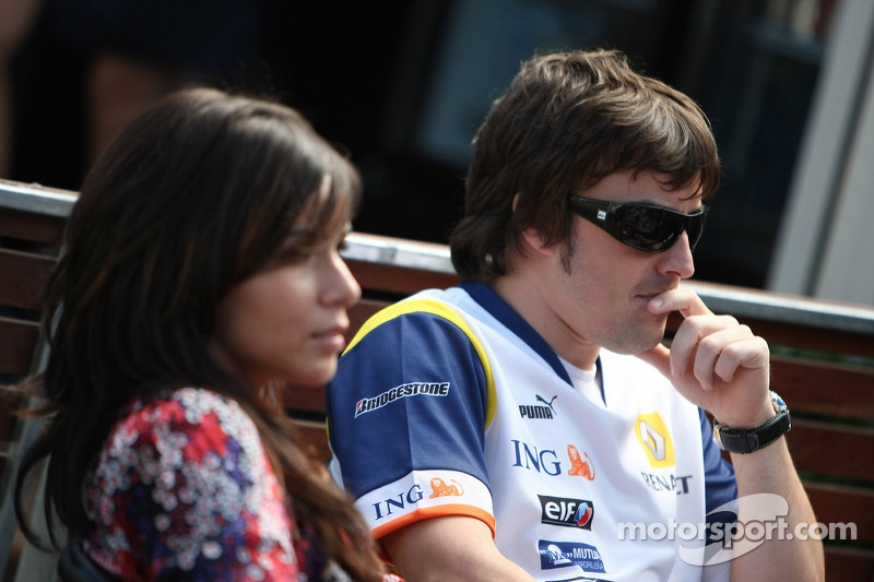 Alonso announces split with singer wife